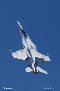 McDonnell Douglas - Boeing F-A-18C Hornet: http://tazintosh.com #FocusedOn #Photo #Axalp #Canon EF 100-400mm f/4.5-5.6L IS USM #Canon EOS 5D Mark II #Ciel #Sky #McDonnell Douglas - Boeing F/A-18C Hornet