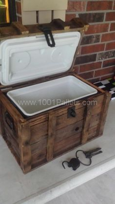 Recycled Pallet Treasure Chest Cooler From Reclaimed Pallets DIY Pallet Furniture - Simply built a chest around a cooler with recycled wooden pallets. Pallet Home Decor, Wooden Pallet Projects, Pallet Patio, Pallet Crafts, Wood Crafts, Diy Projects, Pallet Furniture, Pallet Benches, Pallet Couch