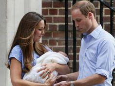 23/7 - Kate passa o filho para as mãos de William (Foto: Stefan Wermuth/Reuters)
