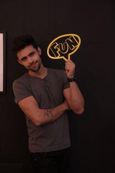 Aplique Fun, produzido em ferro laqueado amarelo. Opção divertida pra compor sua parede! :)