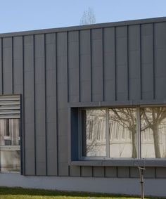 This is a vertical metal panel installation. Cladding Design, Interior Cladding, House Cladding, Metal Cladding, Metal Facade, Metal Siding, Facade Design, Black House Exterior, Modern Exterior