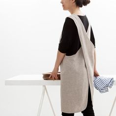 This crossback apron, of Japanese inspiration, is very comfortable thanks to its wide straps that crisscross in the back.