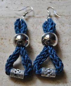 Orecchini pendenti in cotone realizzati a mano con la tecnica del tricotin