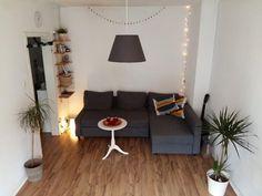 Kleines Aber Fein Eingerichtetes Wohnzimmer Mit Laminatboden Eckcouch Indirekter Beleuchtung Und Lichterkette