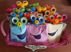 Squeeze fruit bag with wobbly eyes and colorful paper Traktatie kinderdagverblijf Lilly. School Birthday Treats, Fourth Birthday, Happy Kids Quotes, Happy Party, Party Treats, Childrens Party, Party Favours, School Lunch, Verona