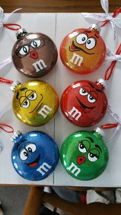M&M Christmas glitter ornaments. Clear Christmas Ornaments, Christmas Ornaments To Make, Diy Christmas Gifts, Holiday Crafts, Christmas Crafts, Christmas Bulbs, Christmas Decorations, Christmas Glitter, Glitter Ornaments