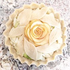 😘 Every pie is unique over here. here is a sneak peek at the New Apple Rosemary Pie! Accepting orders for… Beautiful Pie Crusts, Apple Pie Crust, Pie Crust Designs, Pie Decoration, Pies Art, Sweet Pie, No Bake Pies, Pie Dessert, Quiches