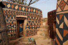 Casas na vila de Tiébélé, em Burkina Fasso. Lindos grafismos!
