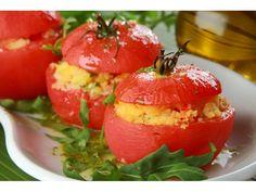 Pomidory sparz w całości, najlepiej razem z szypułką. Następnie zdejmij z nich skórkę, tak by poz...