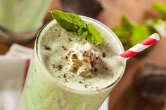 Minty Maca- A mint Chocolate chip SuperGreen shake Chocolate Delight, Chocolate Shake, Mint Chocolate Chips, Chocolate Recipes, Peppermint Chocolate, Chocolate Protein, Vegan Smoothies, Juice Smoothie, Smoothie Drinks