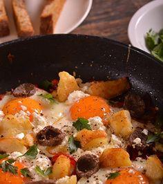 Αβγά στο τηγάνι με πιπεριές, σουτζούκι και φέτα | Γιάννης Λουκάκος Feta, Curry, Appetizers, Eggs, Ethnic Recipes, Curries, Appetizer, Egg, Entrees