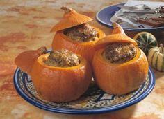 Ingredience: dýně 1 kus (normální nebo Hokkaidó o veliksti 35 cm), rýže Basmati 50 gramů, hovězí maso 150 gramů (umleté), drůbeží maso 50 gramů (umleté), rohlík tmavý 1/2 kusu, cibule, olej olivový 3 lžíce, pepř, sůl mořská, petržel kadeřavá/kudrnka, paprika sladká (mletá).