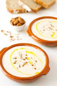 El ajoblanco es una sopa fría típica de Andalucía. Es muy cremosa y está muy rica, sobre todo si se toma bien fresquita.