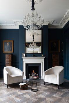 Английский стиль в интерьере: аристократично, сдержанно и изысканно (50 фото) http://happymodern.ru/anglijskij-stil-v-interere-43-foto-aristokratichno-sderzhanno-i-izyskanno/ Лепнина на потолке и помпезная хрустальная люстра уравновешены строгим темно-синим цветом стен и простотой мебели. Обратите особое внимание на узор и цвет паркетного пола Смотри больше http://happymodern.ru/anglijskij-stil-v-interere-43-foto-aristokratichno-sderzhanno-i-izyskanno/