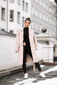 mantel-Trends Das sind die Must-haves Take a look at the best winter coats 2018 in the photos below and get ideas for your outfits! Pink Winter Coat, Winter Coat Outfits, Fall Outfits, Casual Outfits, Pink Trench Coat, Trench Coat Outfit, Pink Outfits, Mode Outfits, Fashion Outfits