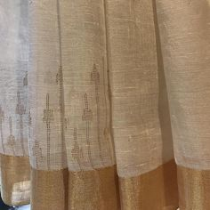 Gold is in the details ! Ivory jaamdani linen saris !! Perfect for the subtle festive vibe ! #jaamdani #gold #linen