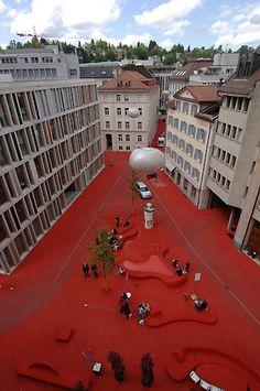 Stadtlounge St.Gallen Stadtlounge St.Gallen, Schweiz. Gestalter: die Multimediakünstlerin Pipilotti Rist und der Architekt Carlos Martinez. Ein leuchtend roter Teppich bedeckt Boden, Bänke, Tische und Brunnen. Das erste öffentliche Wohnzimmer der Schweiz ist ein einzigartiges Kunstprojekt im öffentlichen Raum: Wo früher Stoffe der St. Galler Textilindustrie zum Bleichen ausgebreitet wurden, ist das moderne Bankenzentrum Raiffeisen entstanden.  126AV20060519D9616