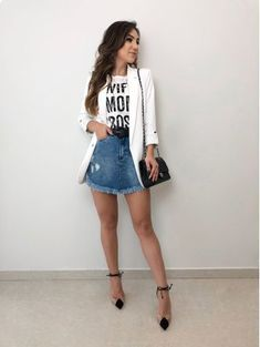 Look saia jeans, tshirt branca, blazer branco e scarpin. Casual Skirt Outfits, Blazer Outfits, Blazer Fashion, Chic Outfits, Trendy Outfits, Fashion Outfits, Casual Attire, Blazer Dress, Dress Outfits