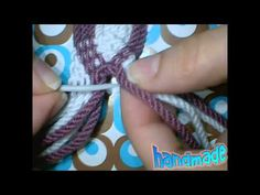 Como hacer tira, gasa, fajon wayuu - YouTube spit braiding Crochet Cocoon, Chunky Crochet, Macrame Art, Micro Macrame, Crochet Handbags, Crochet Purses, Peyote Beading, Crochet Instructions, Boho Bags