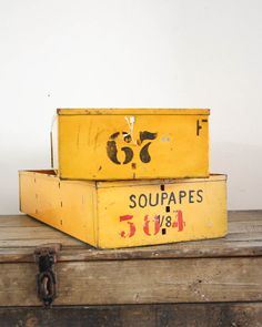 Vintage gele metalen fabrieksbakken