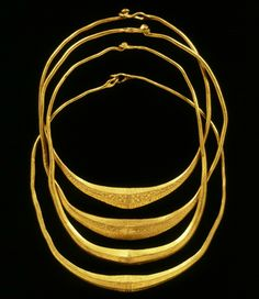 Four solid gold necklaces found in the floodplains of the Gelderland IJssel near Olst. The neck rings may be made ​​of melted Late Roman gold coins, 'solidi'. The decorations on the jewelry are simple and a typical Germanic style. The gold is extremely fine, no less than 22 karat! This jewelry may have belonged to prominent Germanic chieftains who had contact with the Roman Empire. Here they may have sacrificed their neck rings in the river to the gods, ca. 400 A.D.