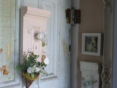 I love junk market decor! Can't say that enough. Our keys now hang on old door knob's and plates. <3