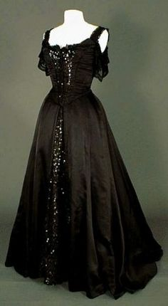 une robe gothique - death_and_hate Vintage Outfits, Vintage Gowns, Vintage Mode, Vintage Fashion, Beautiful Gowns, Beautiful Outfits, Old Dresses, Period Outfit, Gothic Outfits