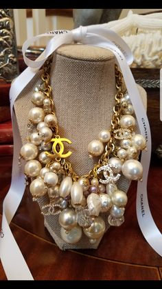 Vintage Jewelry Inc Chanel Necklace, Chanel Pearls, Chanel Jewelry, Jewelry Accessories, Fashion Accessories, Fashion Jewelry, Jewelry Design, How To Have Style, Estilo Fashion