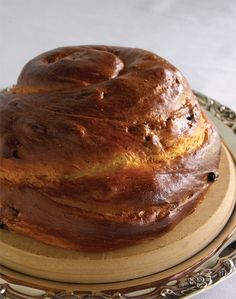 Normally, two loaves of elongated challah are served for Shabbat, but for the High Holidays a round challah, sometimes containing raisins, is customary. Round Challah Recipe, Challah Bread Recipes, Kosher Recipes, Kosher Food, High Holidays, Jewish Recipes, Israeli Recipes, Rosh Hashanah, Holiday Recipes