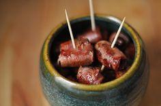 Tapas: Dátiles con bacon [Datteln im Speckmantel] Zutaten für etwa 40 Stück 200 g Datteln (getrocknet und entkernt) 150 g Bacon oder Rohschinken Olivenöl Zubereitung Die Datteln jeweils mit einer halben oder drittel Scheibe Bacon umwickeln und im Olivenöl anbraten, bis sie braun und knusprig sind. Fertig. (Wenn man es ganz ordentlich macht, kann man vor dem Braten auch noch einen Zahnstocher durch jede Dattel stechen