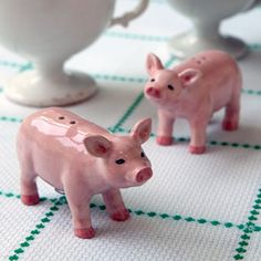 Pig salt n pepper shakers - perfect for my future piggy kitchen This Little Piggy, Little Pigs, Tout Rose, Piggly Wiggly, Pig Roast, Cute Piggies, Ideias Diy, Salt And Pepper Set, Salt Pepper Shakers