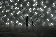 Arte - Instalações e Experiências  Light and Space, 2007, por Robert Irwin, no Museu de Arte Contemporânea em São Diego, Califórnia, EUA. #arquitetura #arte #art #artlover #archilovers #design #architecturelover #instagood #instacool #instadesign #instadaily #inspiration #projetocompartilhar #shareproject #follow #like #davidguerra #arquiteturadavidguerra #arquiteturaedesign #instabestu #architect #criative #instalações #experiências #lightandspace #robertirwin…