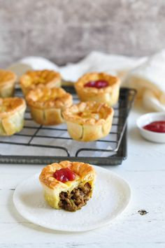 Aussie Meat Pies, or Party Pies. A classic recipe for Australian meat pies using minced beef. Moon Pies, Hand Pies, Chicken Curry, Australian Meat Pie, Australian Recipes, Aussie Food, Aussie Bites, Australian Desserts, Easy Meat Pie Recipe