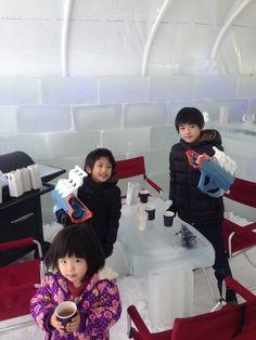 北海道では、氷で作られた建物やテーブル内で飲食ができます(o^^o)