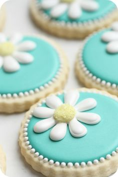 How to decorate daisy cookies with royal icing.by Sweetopia cookies Fancy Cookies, Iced Cookies, Cute Cookies, Royal Icing Cookies, Sugar Cookies Recipe, Cookie Recipes, Cookie Ideas, Summer Cookies, Heart Cookies