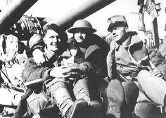 Las tropas aliadas en Noruega son reembarcadas. Un soldado francés, otro británico y otro noruego a bordo de un buque de la Royal Navy camino de Gran Bretaña.
