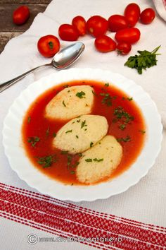 SUPA-DE-ROSII-CU-GALUSTE-1 Gnocchi, Caprese Salad, Soup Recipes, Curry, Food And Drink, Chicken, Breakfast, Ethnic Recipes, Soups