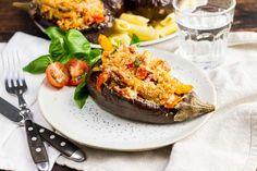 Recept voor auberginebootjes gevuld voor 4 personen. Met zout, olijfolie, peper, bakpapier, aubergine, penne (pasta), roerbakgroente, tomaat, pastasaus tomaat, basilicum, parmezaanse kaas, paneermeel en knoflook