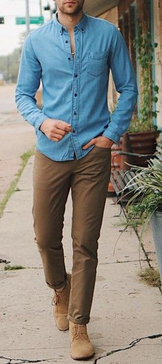 Embrace the Smart Casual Style Mens Chinos - Shirt Casuals - Ideas of Shirt Casual - Blue Shirt With Khaki Chinos for Men Chinos Men Outfit, Chemise Fashion, Silvester Outfit, Brown Chinos, Mode Man, Denim Shirt Men, Mode Style, Style Men, Men's Style