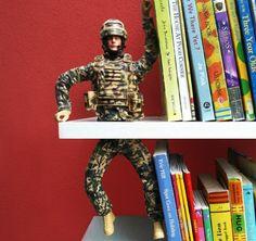 G.I Joe en guise de serre-livre sur étagère