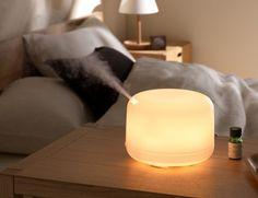 Der Diffusor von Muji funktioniert mit Strom und verteilt mit Aromaölen versetztes Wasser dauerhaft gleichmäßig im Raum.