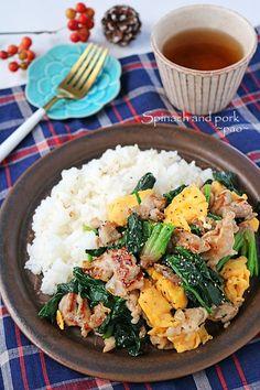 こんにちは~!今日は旬のちぢみほうれん草たっぷりごはんがすすむパパっと炒め♪ぐんまクッキングアンバサダー今月の野菜が・・ちぢみほうれん草ド~~~ンと沢山送っていただきました~~!!袋から出すと広がる広がる!なんてしっかりした葉っぱなんでしょう~~!!!1株 Pork Recipes, Vegetable Recipes, Asian Recipes, Healthy Recipes, Easy Cooking, Cooking Recipes, Cafe Food, Dinner Dishes, Food Preparation