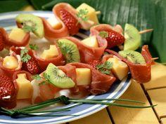 Schinken-Obst-Spieße mit Käse | Zeit: 15 Min. | http://eatsmarter.de/rezepte/schinken-obst-spiesse-mit-kaese