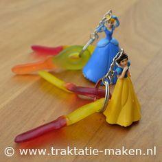 Traktatie:  Sleutel met sleutelhanger. Ook leuk met een zelfgefreubelde sleutelhanger!