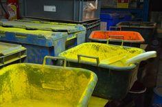 Processus de fabrication des amorces Sensas de pêche au coup. De la matière première à l'emballage dans le paquet d'amorces Sensas retrouvez la fabrication.