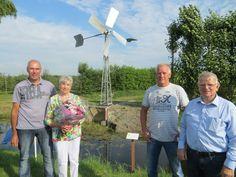 Wognum - Met een ferme ruk aan een hengel onthulde Riet Smit-Hes (79) op zaterdag 22 augustus het informatiebordje bij de vernieuwde Bosmanmolen aan het fietspad de Pankoek in Wognum. De molen raak...