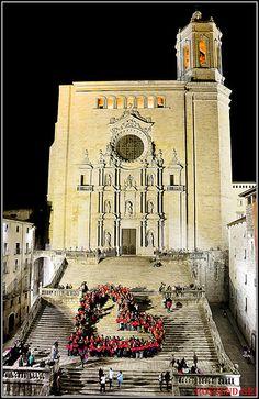 """""""De nou, Girona ha tornat a fer bategar el seu """"cor"""" més solidari. Desenes de persones han participat construint un gran cor humà en defensa de la solidaritat i les causes benèfiques. Enguany, la gran novetat de la campanya 'Girona, Fires amb Cor' que impulsa Càritas Diocesana de Girona amb la col·laboració de l'Ajuntament de Girona són les 'Converses Solidàries' que es realitzen dins de l'estand que l'entitat manté a la Fira de Mostres de la ciutat."""" Rossend Gri"""