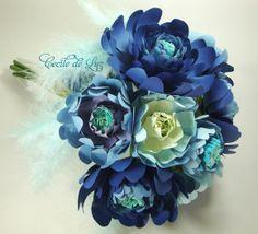 Maravilhoso bouquet de gérberas azuis estilizadas em  papel e tecido com penas e  laço em feltro. - 10 flores  de 6 a 12 cm  - Diâmetro do bouquet aproximadamente de 27 cm  - Degradè em 4  tonalidades de azul Obs:  Preferindo degradé em outra tonalidade, especificar as cores na paleta acima. R$ 160,00