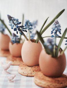 L'idée DIY du jour : des mini vases réalisés avec des coquilles d'œuf ! Une jolie idée pour réaliser un centre de table à l'occasion du déjeuner pascal ;-) #deco #paques #oeuf
