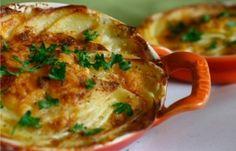 Aardappel courgette gratin is een ovenschotel met aardappelen, courgette, room en dragon dat als hoofdgerecht wordt gegeten. Het is echt een van mijn meest favoriete recepten. Ingrediënten: 250 gram gesneden gekookte aardappelen 25 gram gesneden...